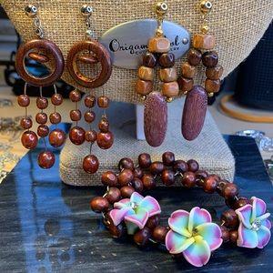 Bundle of 2 pairs of earrings & 1 bracelet wooden
